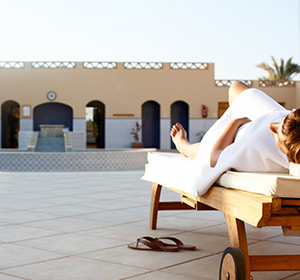 Clubanlage Frau auf Liege ROBINSON CLUB SOMA BAY Ägypten Sommer
