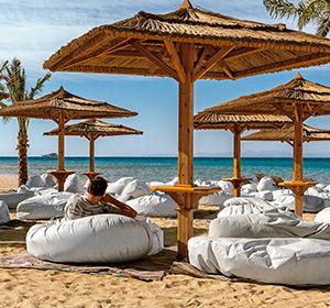 Clubanlage Chill-Out-Säcke am Strand ROBINSON CLUB SOMA BAY Ägypten Sommer