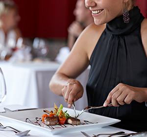 Kulinarisches Frau isst Fleisch ROBINSON CLUB SOMA BAY Ägypten