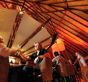 Kulinarisches Bar Zwei an der Theke ROBINSON CLUB MALDIVES Malediven