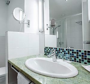 Zimmer Doppelzimmer  Parkseite Badezimmer Typ1 (DZX1) ROBINSON CLUB LANDSKRON, Österreich