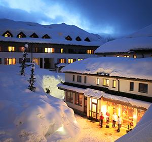 Clubanlage Winter bei Nacht ROBINSON CLUB SCHLANITZEN ALM Österreich